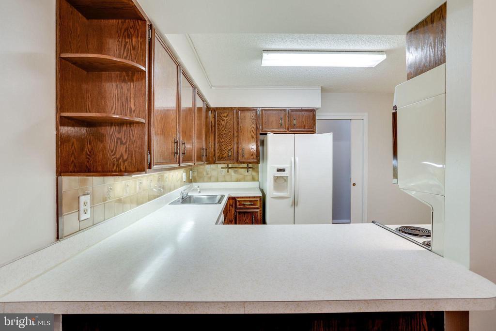 Kitchen - Breakfast Bar Open to D.Rm./Ofc./Den. - 3800 FAIRFAX DR #314, ARLINGTON