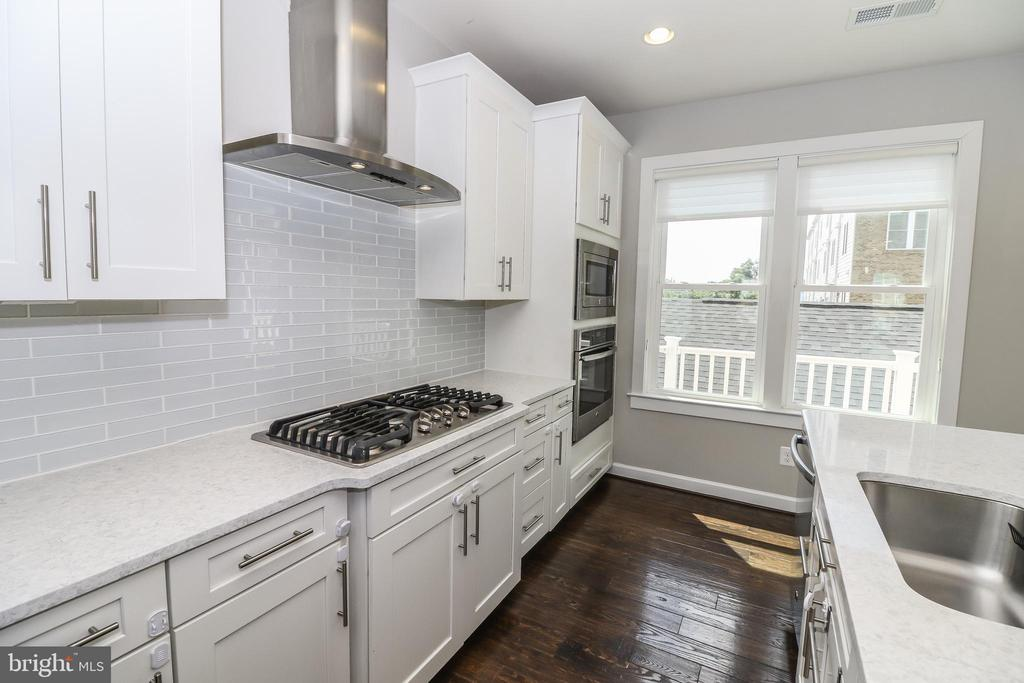 Gourmet Kitchen With Gas Cook-top & Range Hood - 3420 11TH ST S, ARLINGTON