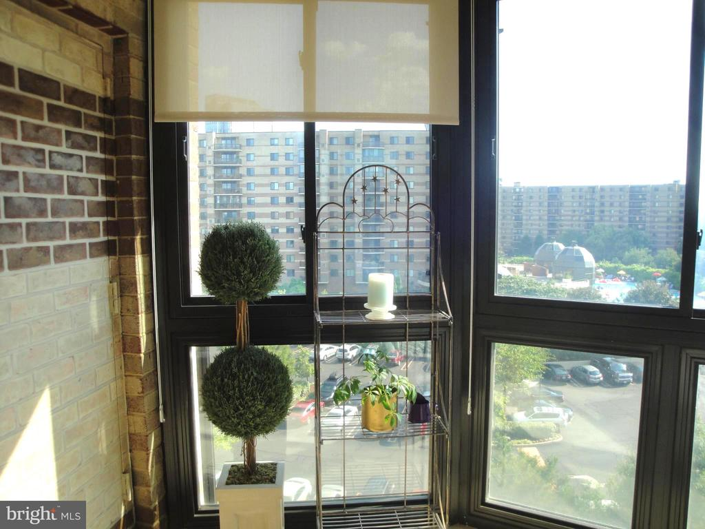 Sun Room with Sun filled views! - 8380 GREENSBORO DR #721, MCLEAN