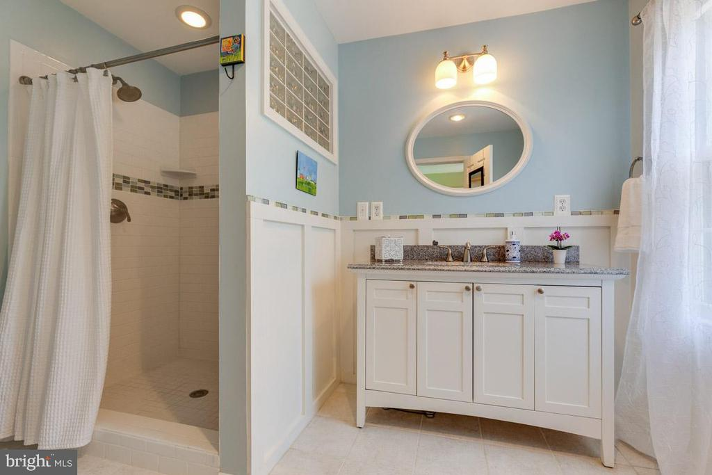 Gorgeous updated master bathroom. - 9114 MURDOCK RD, FAIRFAX