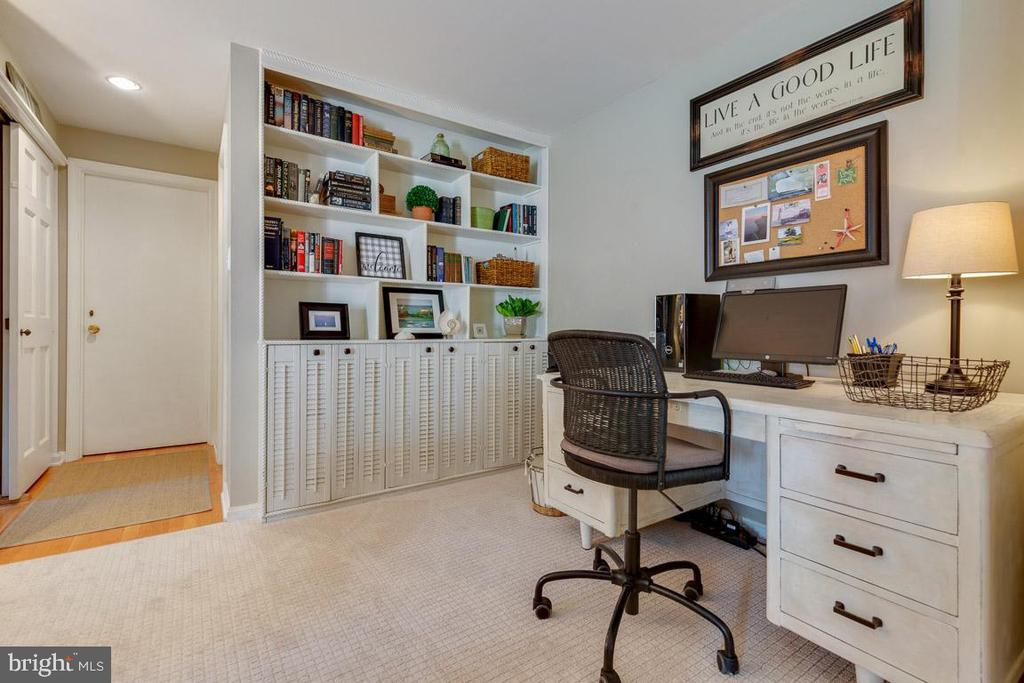 Library nook with built-in bookshelves. - 9114 MURDOCK RD, FAIRFAX
