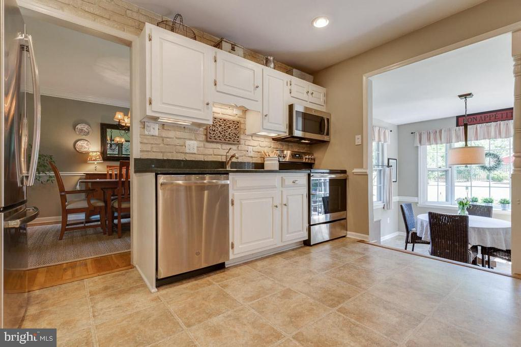 Gorgeous kitchen with quartz counters - 9114 MURDOCK RD, FAIRFAX