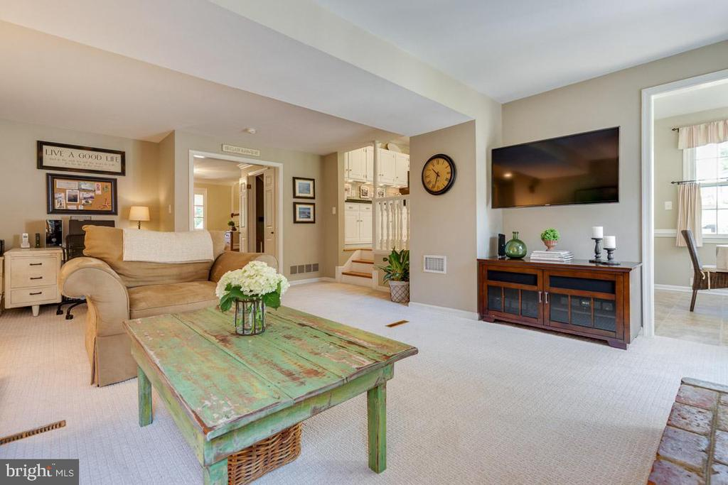 Light and bright, spacious! - 9114 MURDOCK RD, FAIRFAX