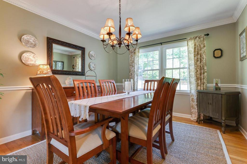 Formal dining room with crown and chair molding. - 9114 MURDOCK RD, FAIRFAX