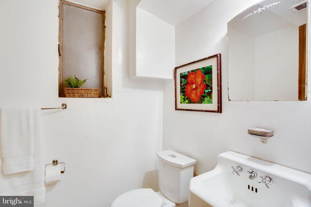 Main House Bath 4 - 1201 KEY DR, ALEXANDRIA