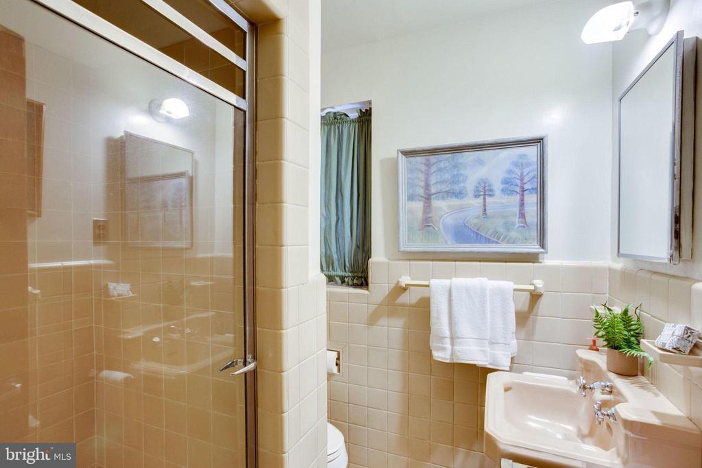 Main House Bath - 1201 KEY DR, ALEXANDRIA
