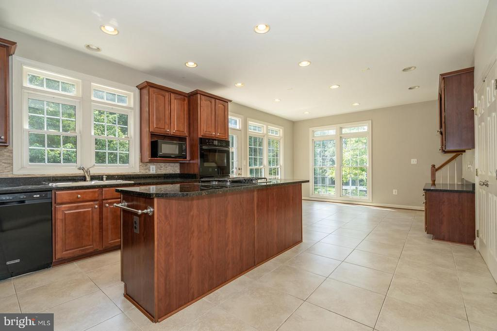 Spacious kitchen - 26112 TALAMORE DR, CHANTILLY