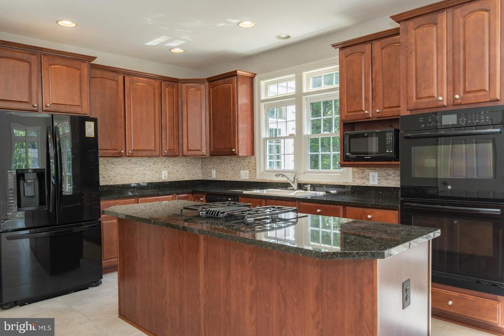 Center island and gas cook top - 26112 TALAMORE DR, CHANTILLY