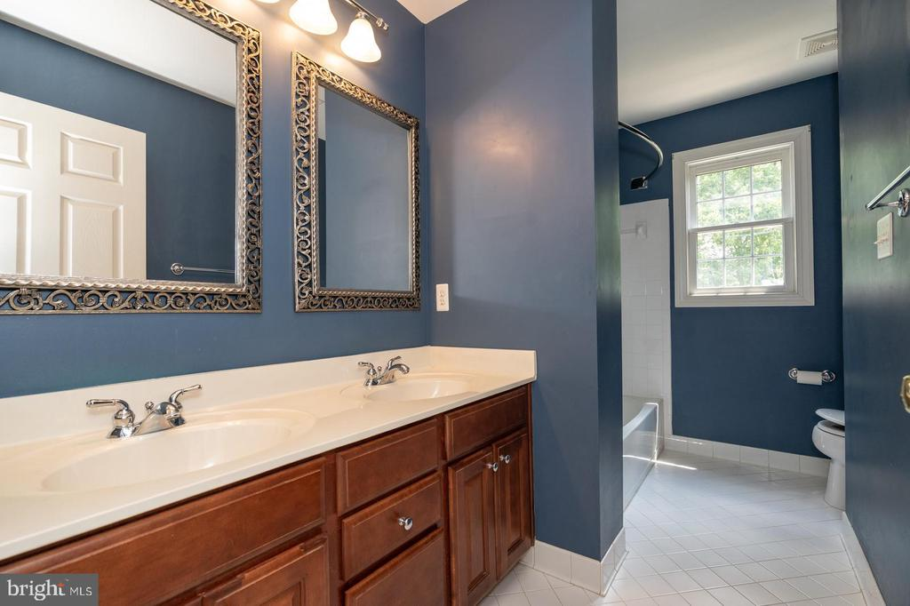 Hall bath with dual sink vanity - 26112 TALAMORE DR, CHANTILLY