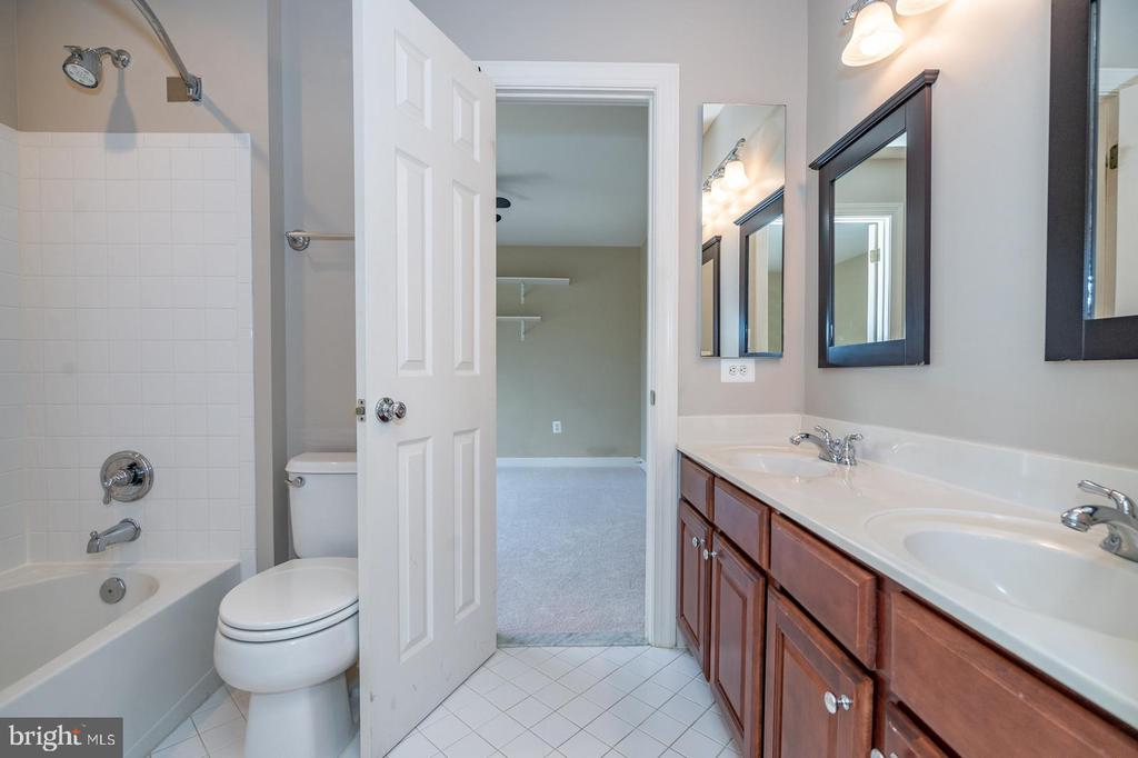 Jack and Jill bath - 26112 TALAMORE DR, CHANTILLY