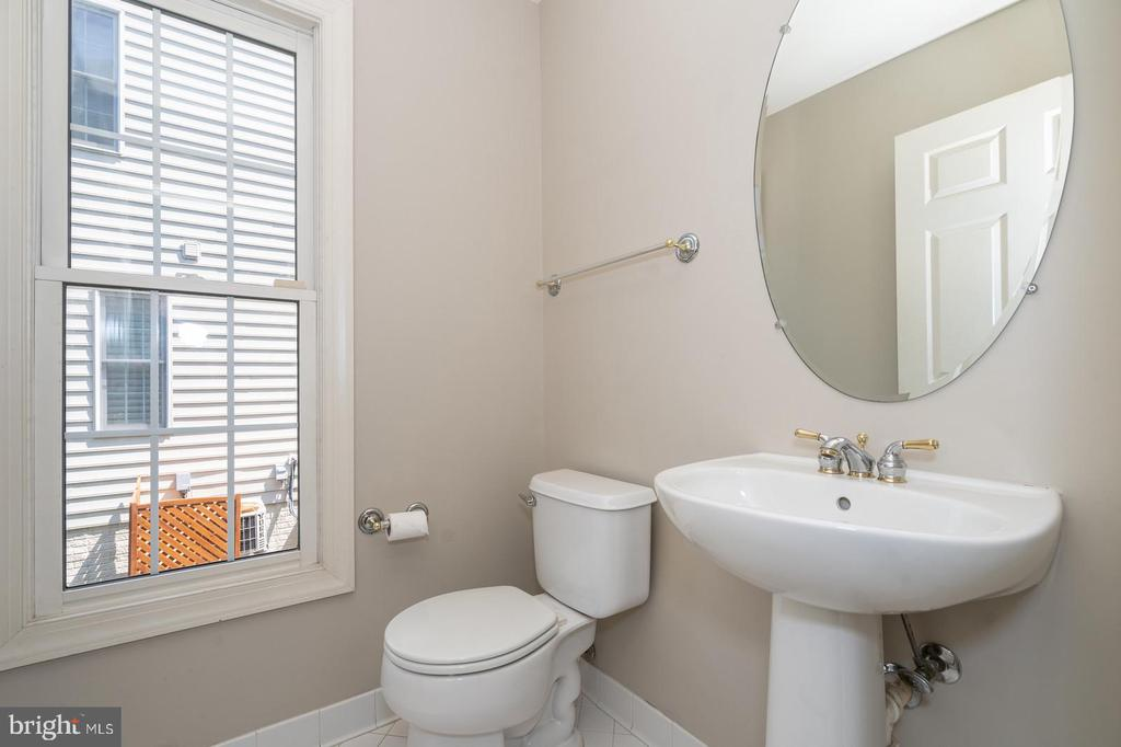 Main level powder room - 26112 TALAMORE DR, CHANTILLY