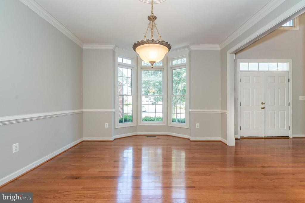 Formal dining room with bay window - 26112 TALAMORE DR, CHANTILLY
