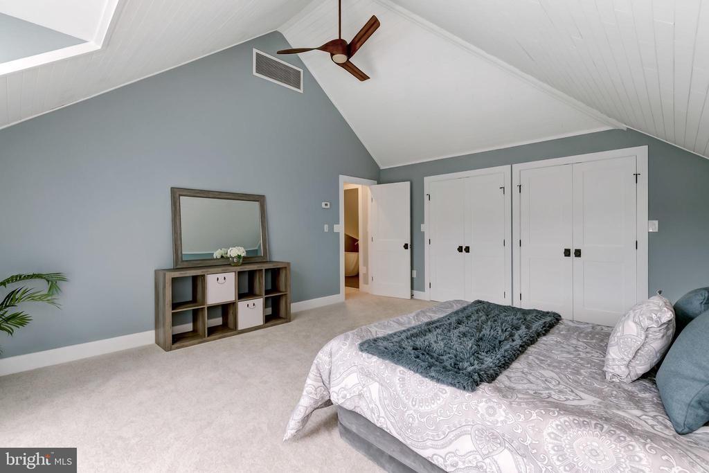 Large light filled room - 98 POINT SOMERSET LN, SEVERNA PARK