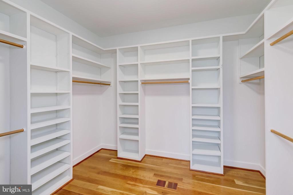 Walk in closet - 98 POINT SOMERSET LN, SEVERNA PARK