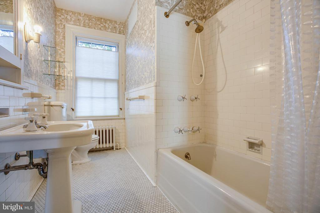 2nd floor hall full bath - 610 LEWIS ST, FREDERICKSBURG