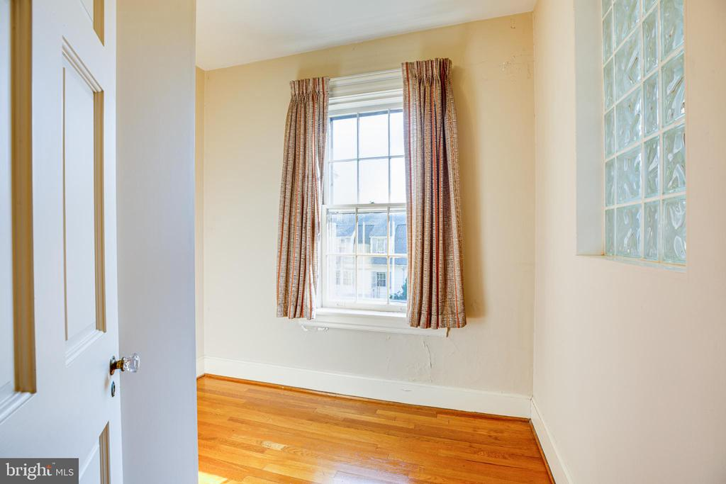 2nd floor bedroom with large walk in closet - 610 LEWIS ST, FREDERICKSBURG