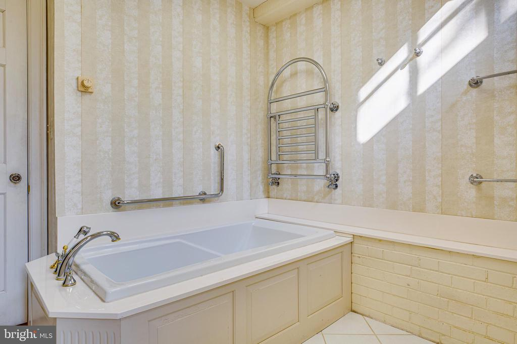 Master bath w/heated floors & towel bars - 610 LEWIS ST, FREDERICKSBURG