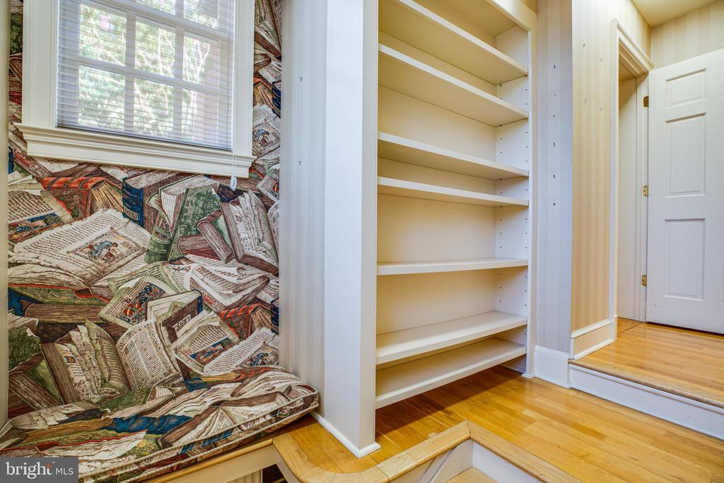 Back Stair Reading Nook - 610 LEWIS ST, FREDERICKSBURG