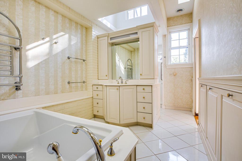 Master Bathroom w/separate tub & dual sinks - 610 LEWIS ST, FREDERICKSBURG
