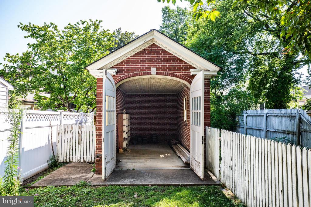 Garage on the Douglas st lot accessible from alley - 610 LEWIS ST, FREDERICKSBURG