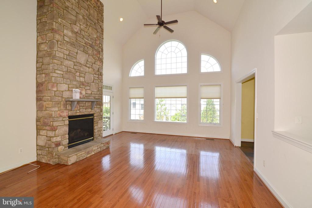 Two story fireplace - 43980 RIVERPOINT DR, LEESBURG