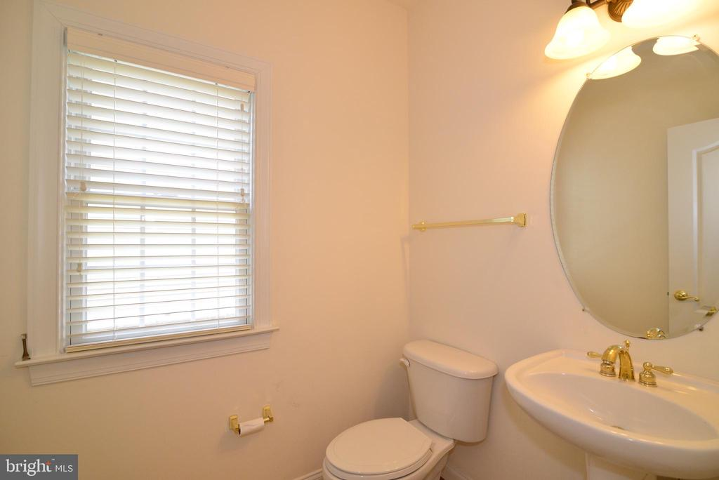Main level powder room - 43980 RIVERPOINT DR, LEESBURG