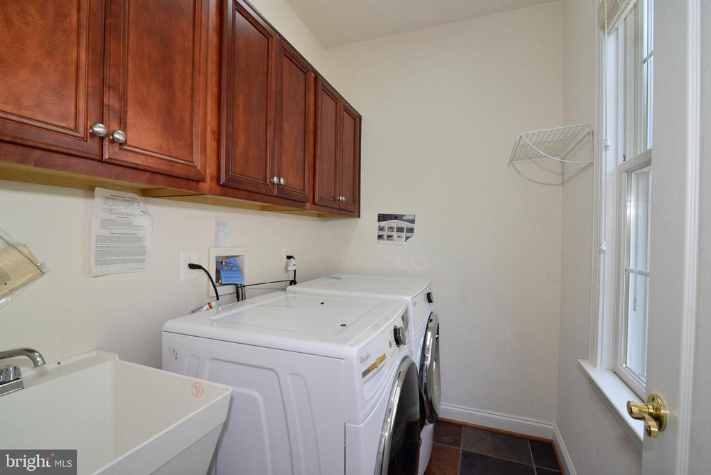 Main level laundry - 43980 RIVERPOINT DR, LEESBURG