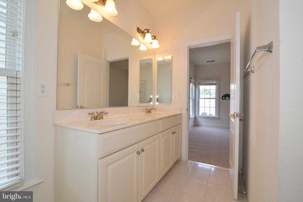 Jack & Jill bathroom - 43980 RIVERPOINT DR, LEESBURG