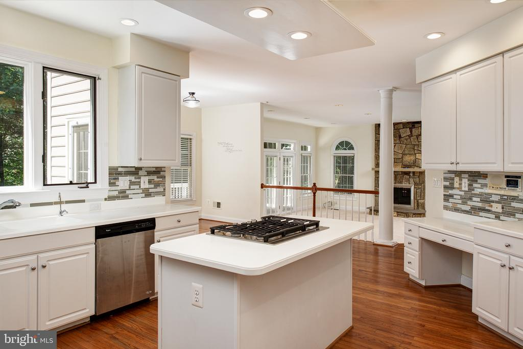 Center Island with gas cooktop - 1144 ROUND PEBBLE LN, RESTON