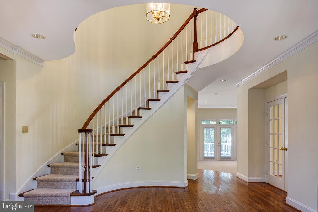 Beautiful circular staircase - 1144 ROUND PEBBLE LN, RESTON