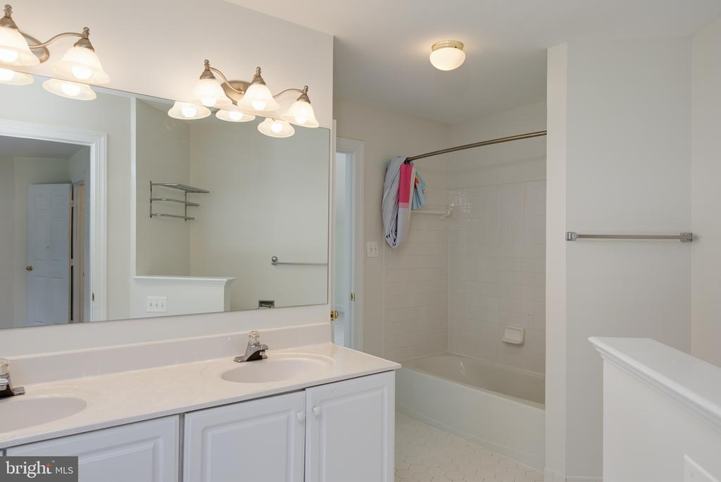 Buddy Bath with Double Vanity - 1144 ROUND PEBBLE LN, RESTON