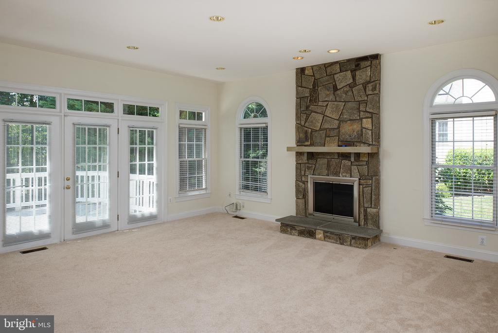 and features a gas FIreplace & 2nd exit to deck. - 1144 ROUND PEBBLE LN, RESTON
