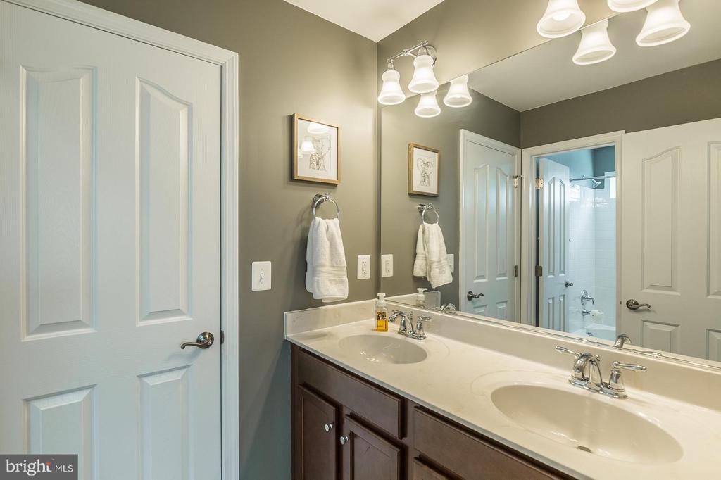 Shared bathroom between bedroom # 3 and #4. - 9 WOODLOT CT, STAFFORD