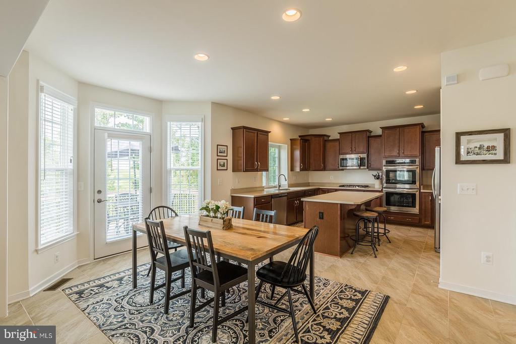 Breakfast area w/ bay extension and 3-0 rear door. - 9 WOODLOT CT, STAFFORD
