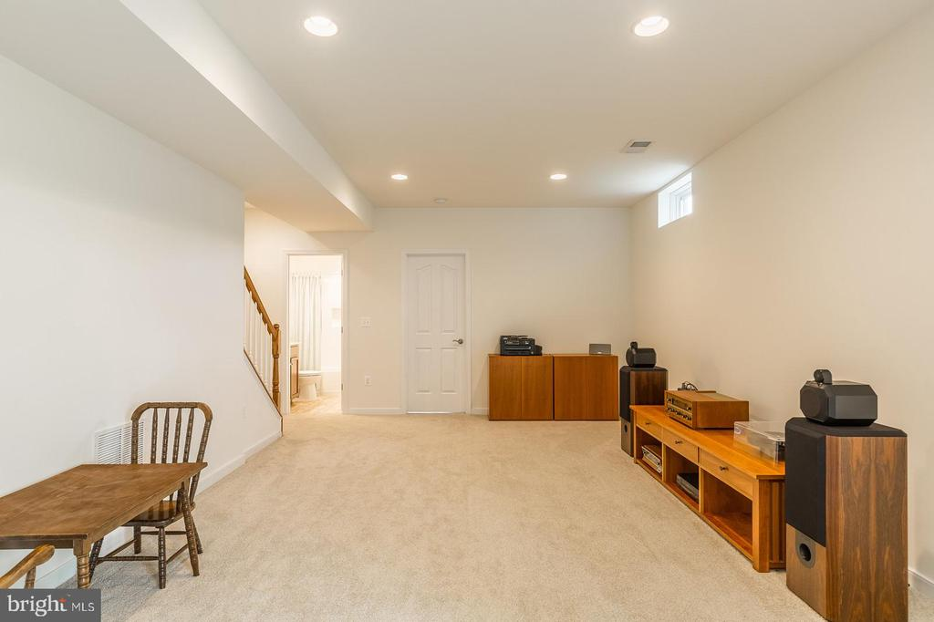 Basement recreation room with 9' walls. - 9 WOODLOT CT, STAFFORD