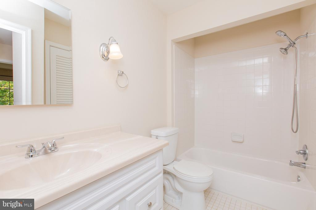 Hall Bath - 9806 RALEIGH TAVERN CT, BETHESDA