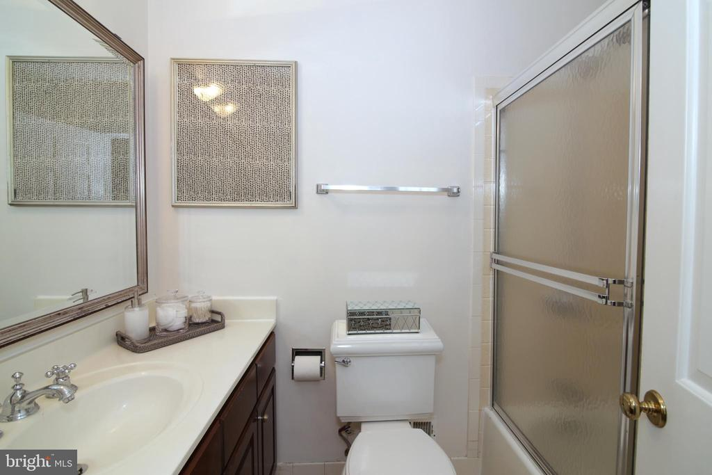 Upper level hall bath - 3534 MORNINGSIDE DR, FAIRFAX
