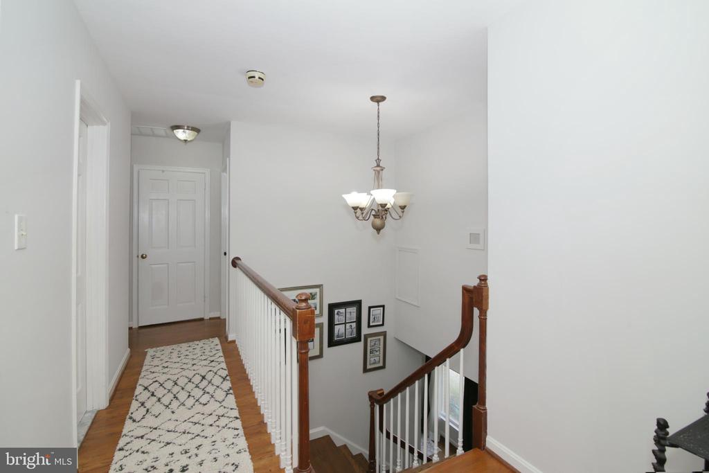 Upstairs hall - 3534 MORNINGSIDE DR, FAIRFAX