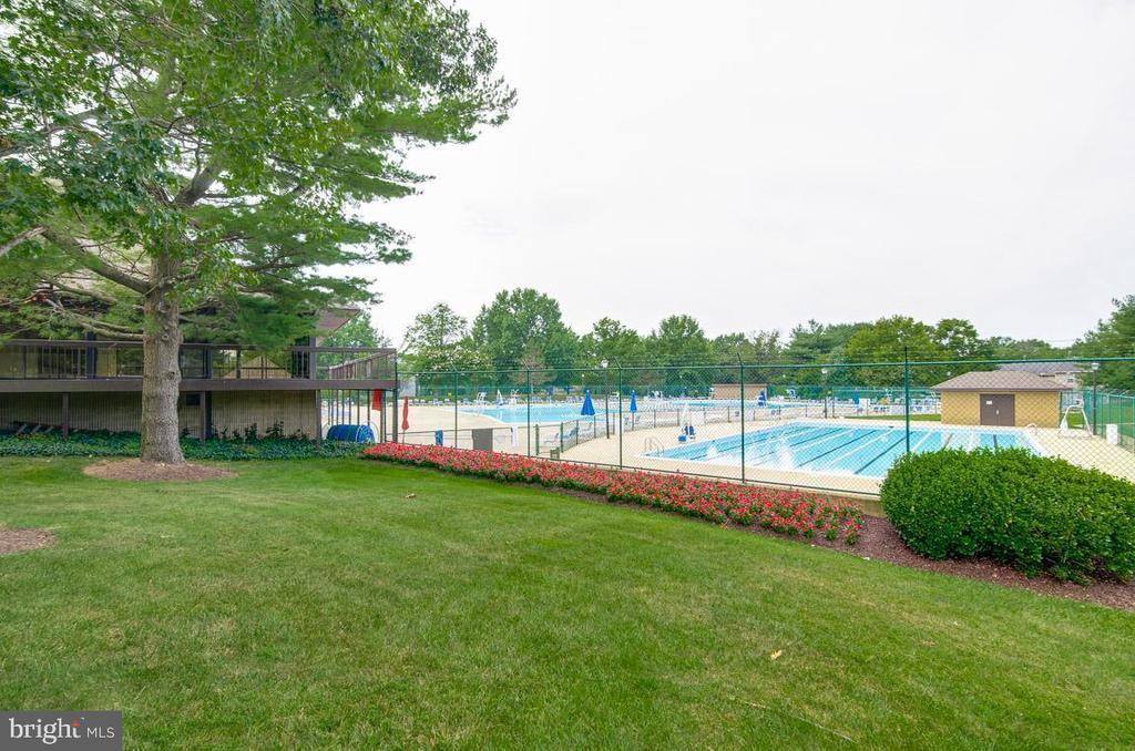 Community pool - 8203 WHISPERING OAKS WAY #202, GAITHERSBURG