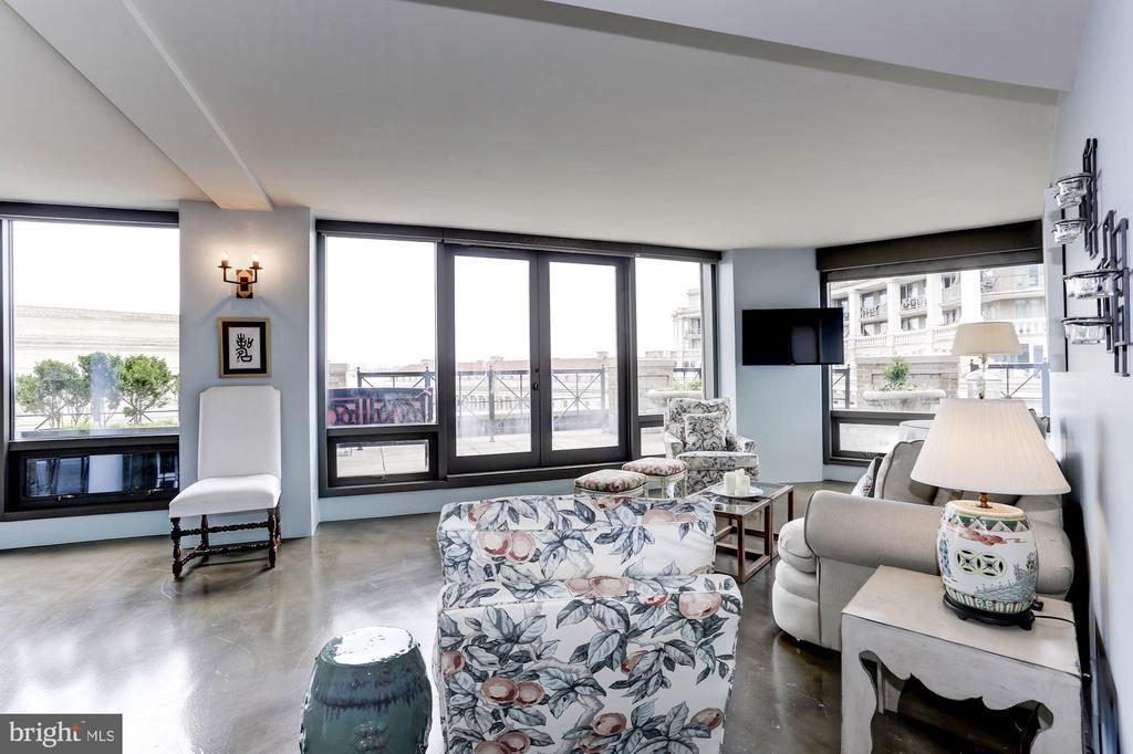 Open Floor Plan -- Living Area - 701 PENNSYLVANIA AVE NW #1025-1026, WASHINGTON
