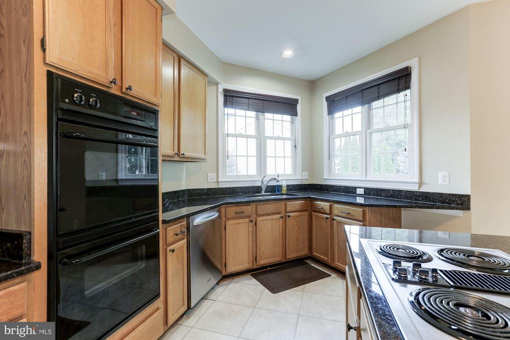 double ovens ideal for cooking! - 46626 WINTERSET CT, STERLING