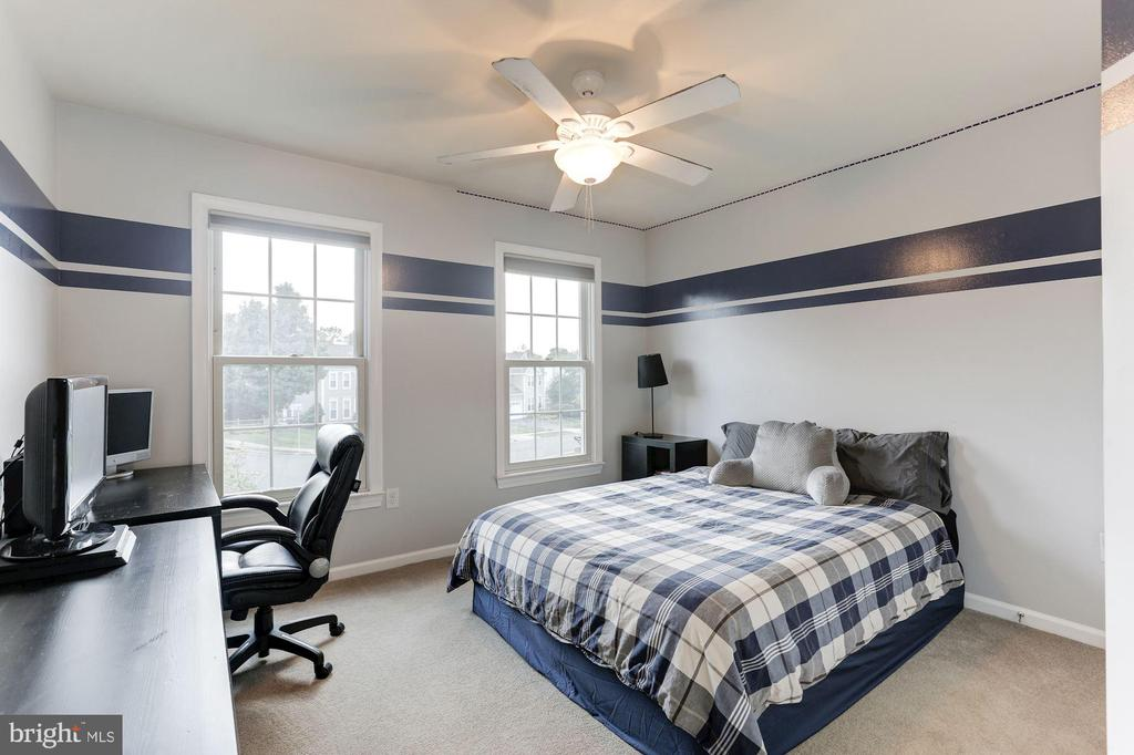 large secondary bedrooms! - 46626 WINTERSET CT, STERLING