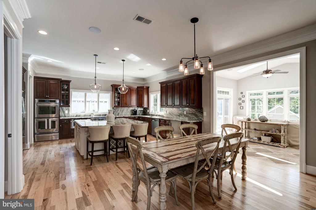 Large kitchen with eat in table space - 11606 LAWTER LN, CLIFTON