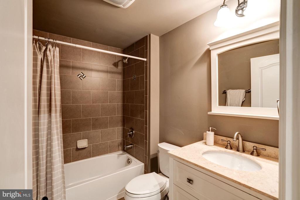 lower level full bath - 11606 LAWTER LN, CLIFTON