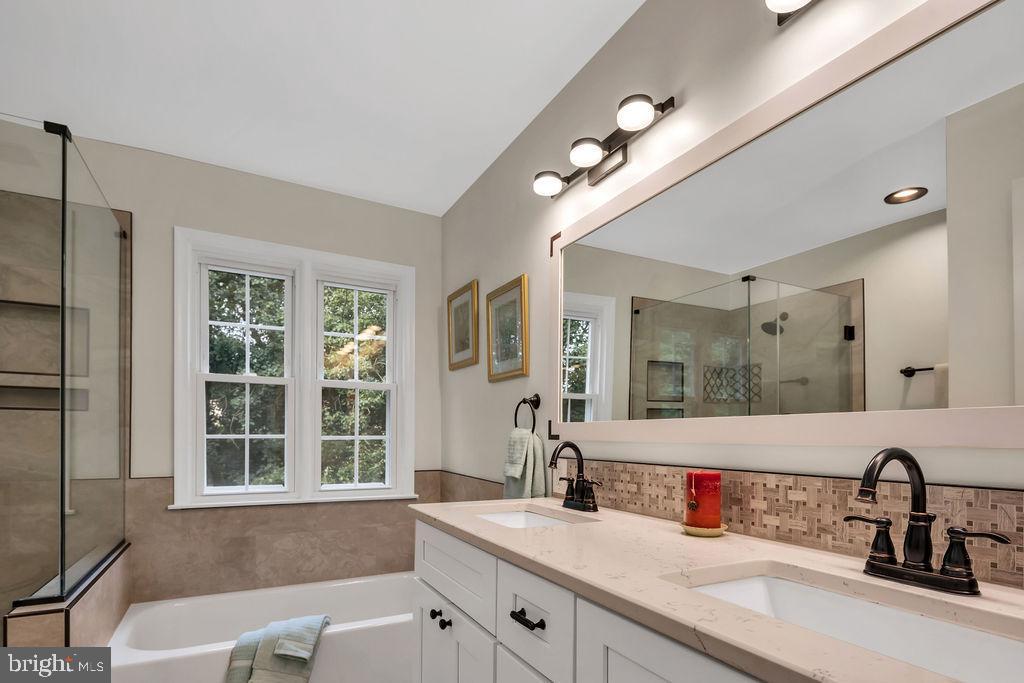 Nicely updated hall bath - 4705 LEEHIGH CT, FAIRFAX