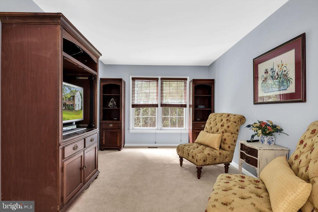 A relaxing sitting room - 4705 LEEHIGH CT, FAIRFAX