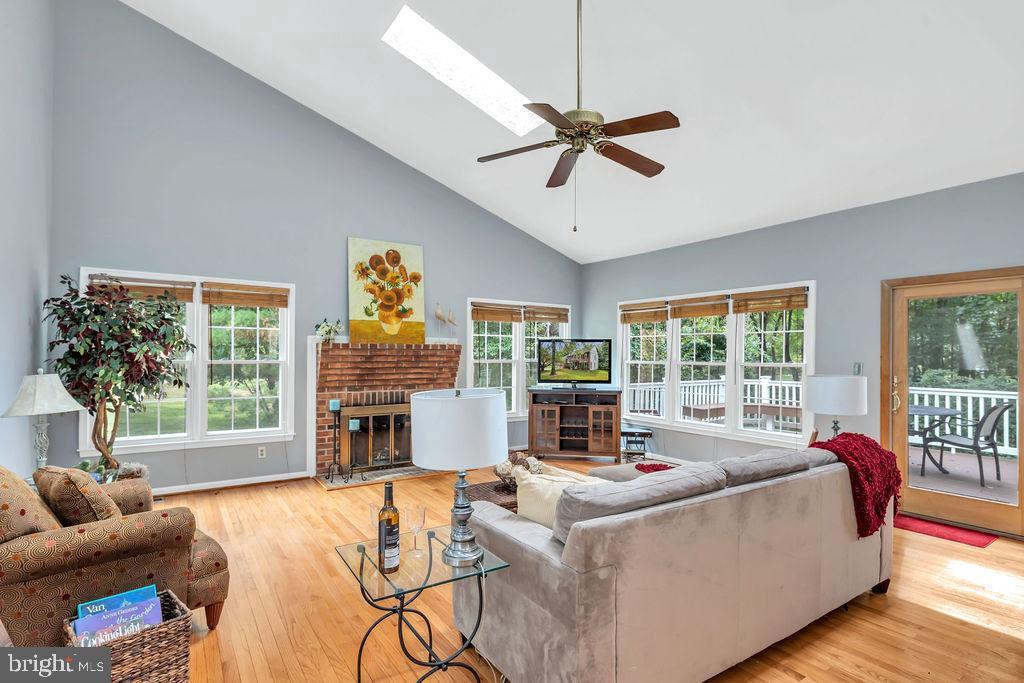 You'll enjoy relaxing in this spacious family room - 4705 LEEHIGH CT, FAIRFAX
