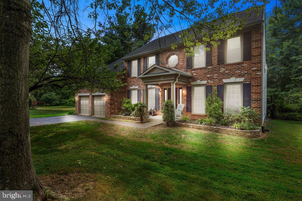 A handsome brick facade and lovely landscaping - 4705 LEEHIGH CT, FAIRFAX