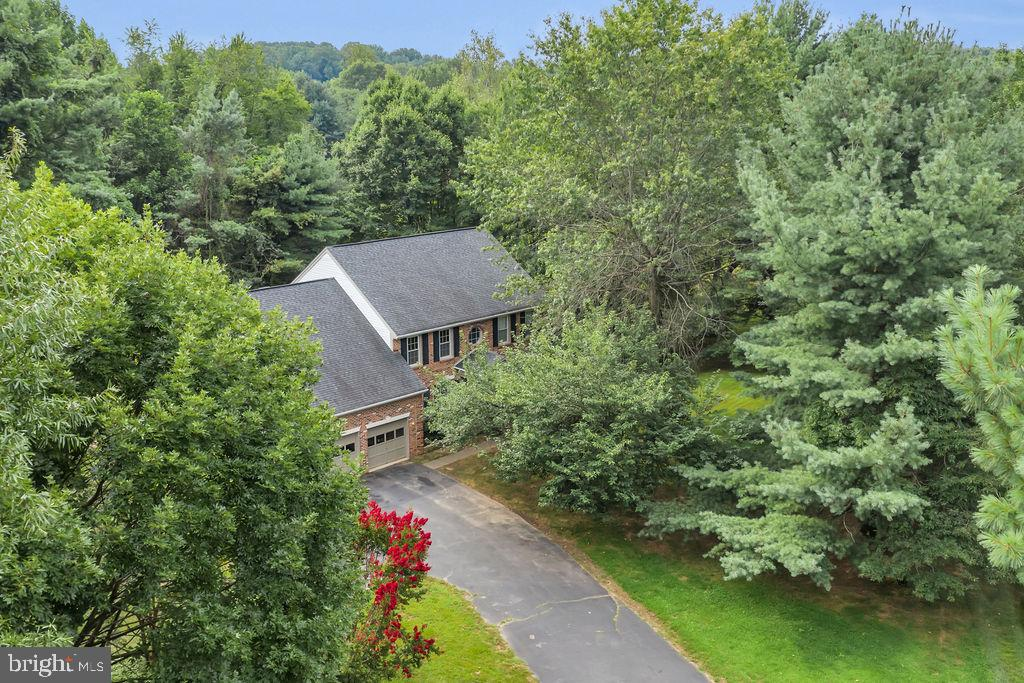 and boasts a whopping .69 acre wooded lot - 4705 LEEHIGH CT, FAIRFAX