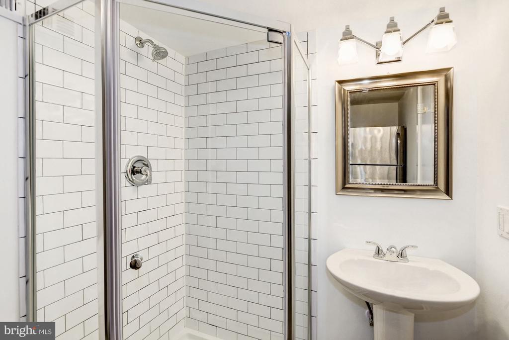 Renovated Lower Level Full Bath - 3552 S STAFFORD ST, ARLINGTON